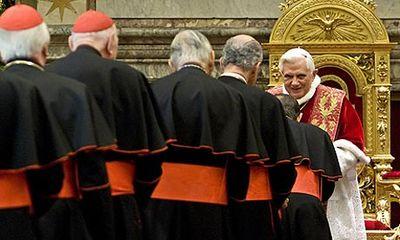Pope-Benedict-XVI-greets--001