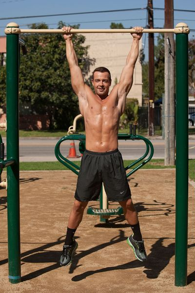 Joey-lawrence-shirtless-workout-park-1021-02
